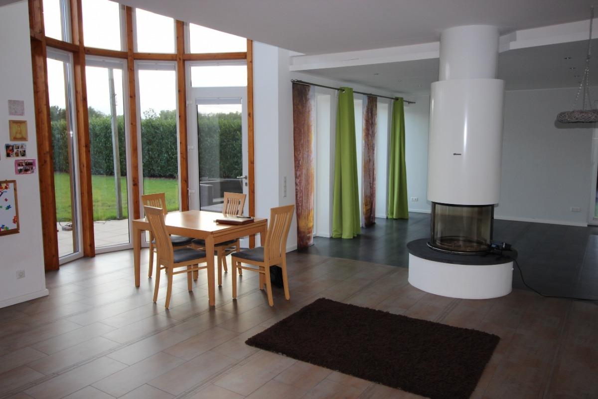 Vorschau von Ess-/Wohnzimmer mit Rundumkamin