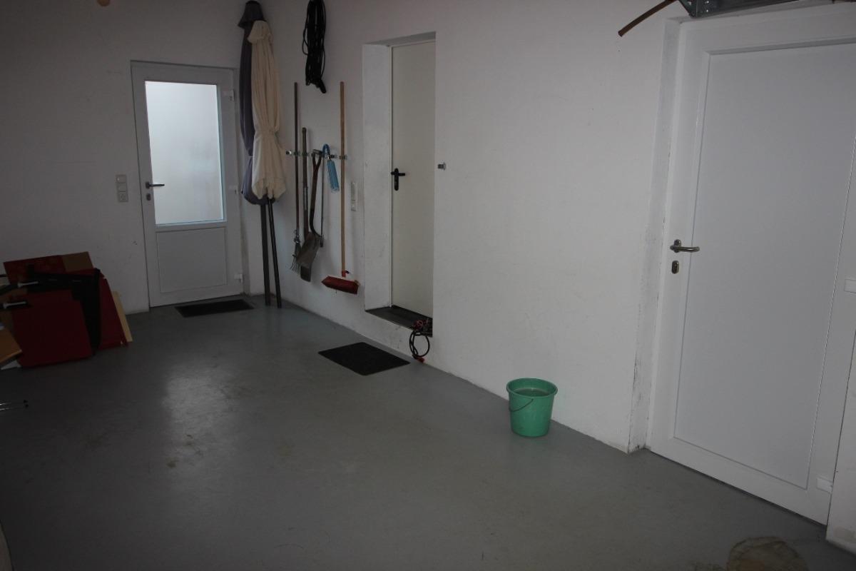 Vorschau von Garage mit Tür nach Außen, Abstellraum und Garten